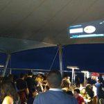 Centenas de pessoas aguardando uma brechinha no céu - Foto: Rodrigo Nóbrega