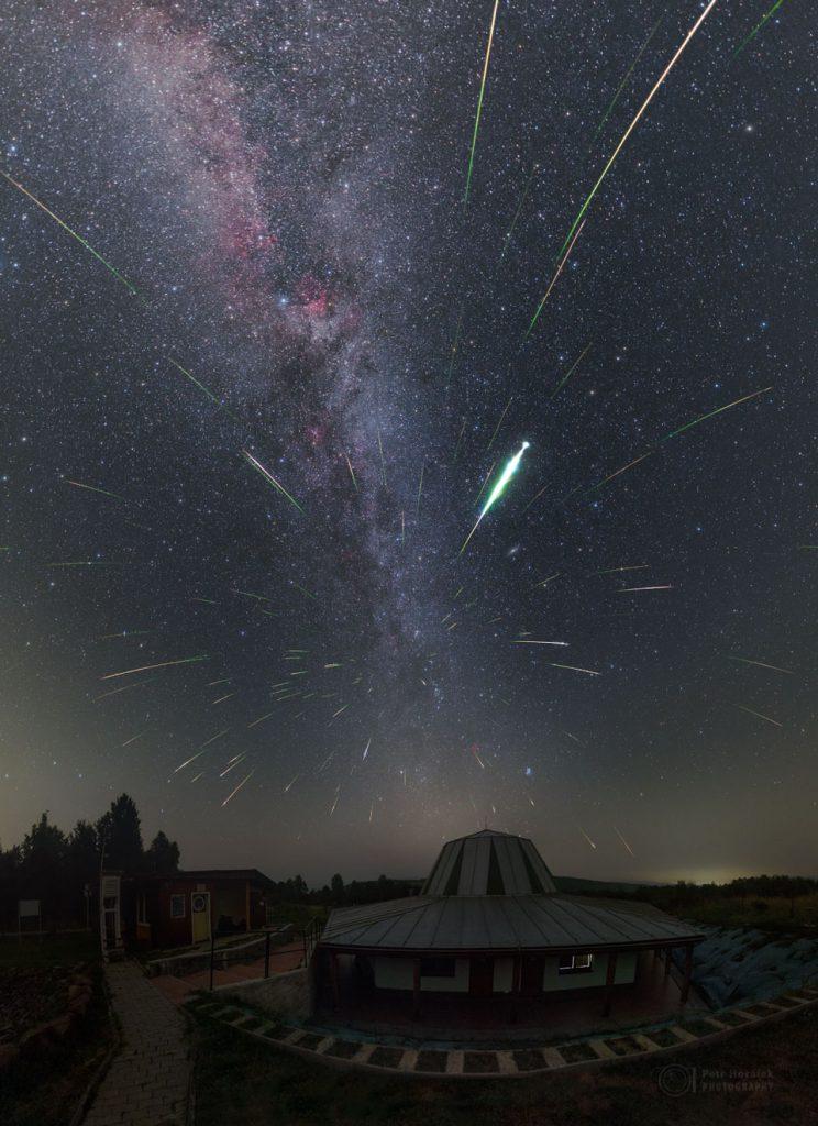 Chuva de meteoros Perseidas sobre o  Poloniny Dark Sky Park, Eslováquia - Créditos: Petr Horálek